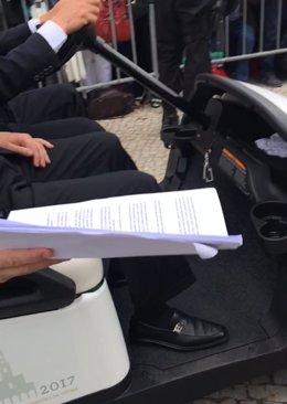 Vecinos de Friol entregan al Papa una carta sobre el traslado de su cura.