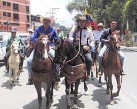 La oposición venezolana protesta a caballo en las principales ciudades del país