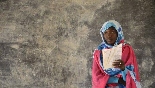 Niña refugiada en Darfur, Sudán, en una escuela