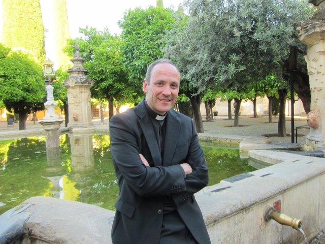 Antonio Prieto en el Patio de los Naranjos de la Mezquita