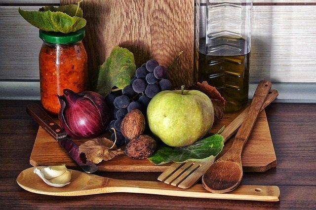 Comida saludable, fruta, verdura, nueces, ajo, aceite, cebolla, manzana