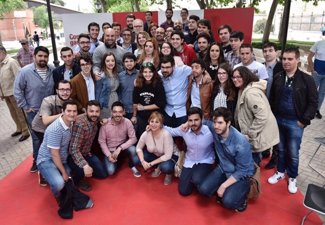 Patxi López con jóvenes socialistas en Alcalá de Henares (Madrid)