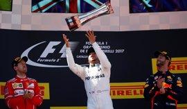 Hamilton gana la batalla táctica a Vettel, Sainz puntúa y Alonso acaba su primera carrera