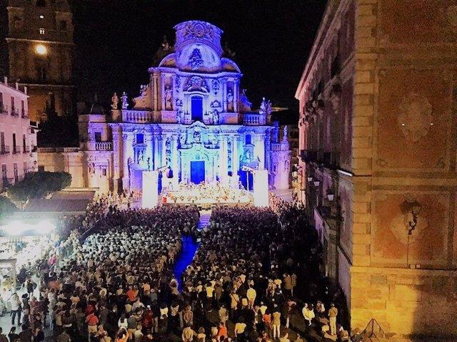 Miles de personas abarrotan la Plaza Belluga en el concierto de la OSRM