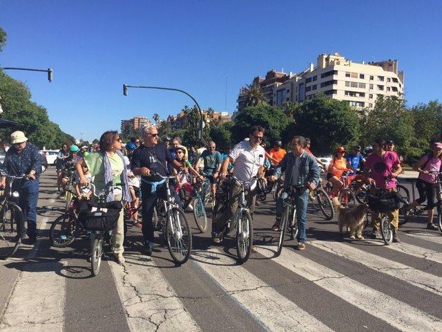El primer edil y el concejal durante el recorrido ciclista
