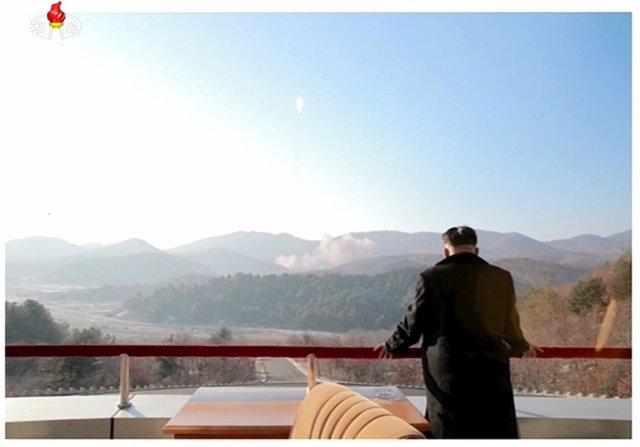 Kim Jong Un, ve el lanzamiento de un misil