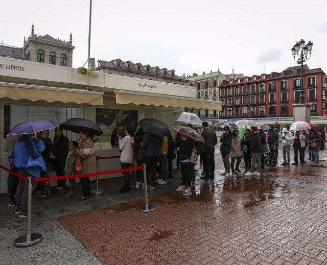 Valladolid. Cola para las firmas de Blue Jeans