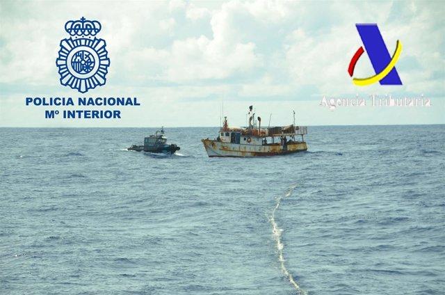 Barco interceptado con cocaína.