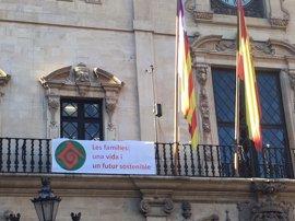 El Ayuntamiento de Palma cuelga la bandera de la familia de la fachada de Cort