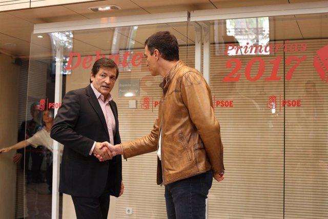 Pedro Sánchez y Javier Fernández antes del inicio del debate del PSOE
