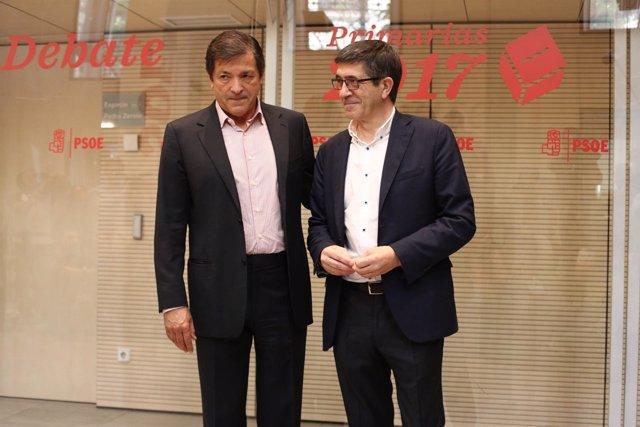 Javier Fernández y Patxi López antes del incio del debate del PSOE