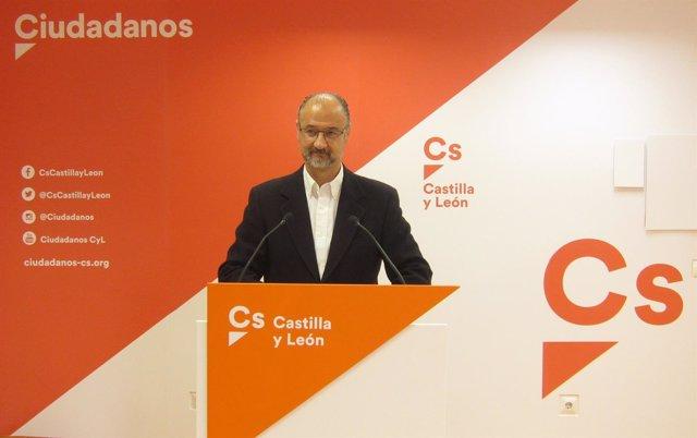 Luis Fuentes en la sede de Ciudadanos