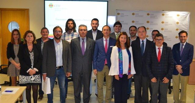 Asistentes al debate sobre educación y tecnología del CEU Andalucía.