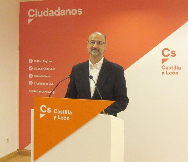 Luis Fuentes en la sede de la formación