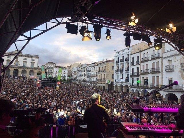 Uno de los conciertos de Womad en la Plaza Mayor de Cáceres