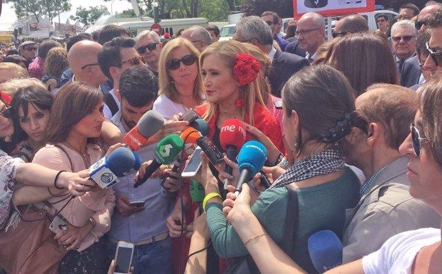Cifuentes atiende a los medios en la pradera de San Isidro