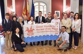Las Corts reciben a los supervivientes de Hiroshima y Nagasaki para reclamar un mundo en paz y sin armas nucleares