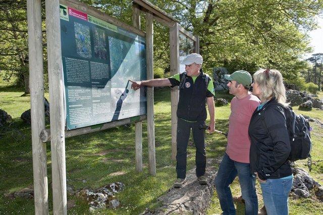 Ayerdi y la directora general Ezkutari atienden las explicaciones del guía.