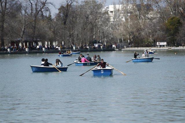 Parque de El Retiro, barca , barcas, gente en barcas, persona, personas