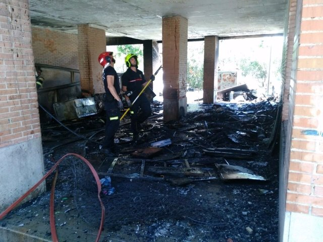 Bomberos del SPEIS inspeccionan el interior del edificio afectado este lunes