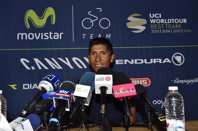 Nairo Quintana atiende a la prensa en el Giro