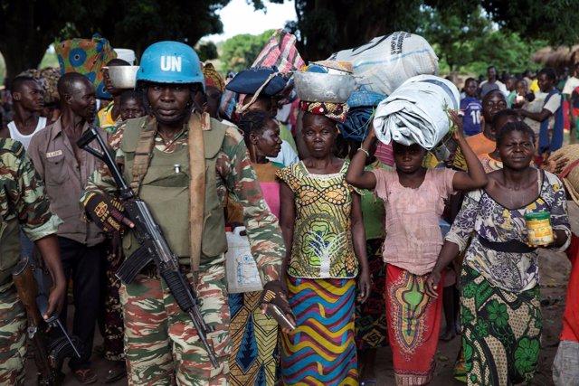 Un casco azul junto a mujeres desplazadas en Bambara