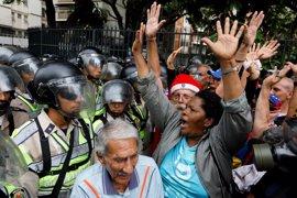 """Los opositores a Maduro vuelven a """"plantarse"""" y bloquean varias vías en Caracas"""
