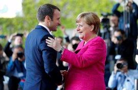Macron visita a Merkel en su primer viaje oficial como presidente de Francia