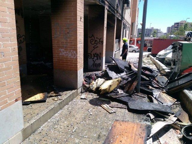Enseres quemados a las afueras del edificio afectado