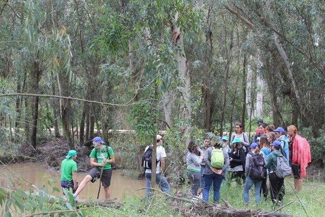 Estudiantes de la UHU participan en el programa 'Andarríos'.