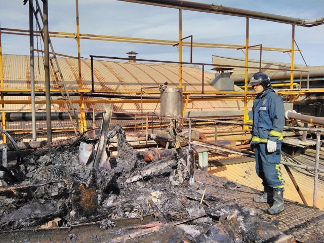 Incendio en el techo de una fábrica en Mula