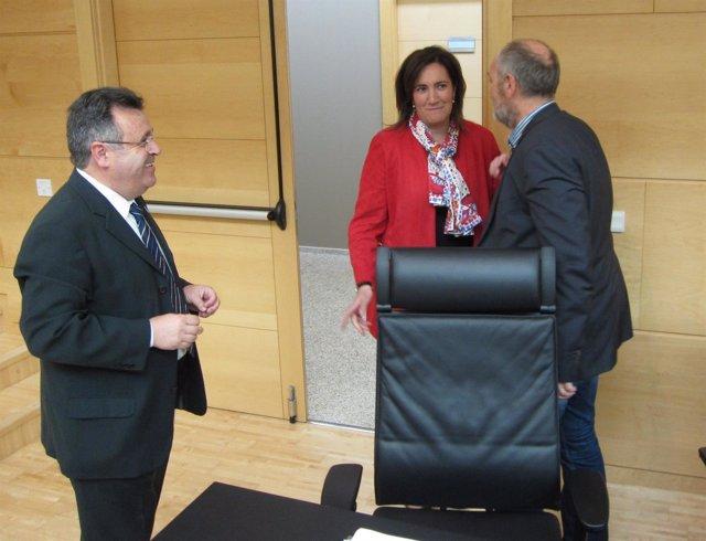 La consejera de Cultura y Turismo saluda a procuradores del PSOE