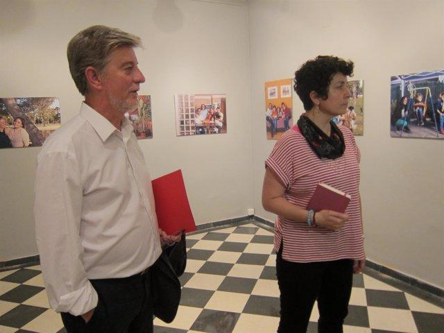 El alcalde de Zaragoza. Pedro Santisteve y la fotoperiodista, María Torres