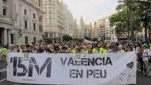 Una manifestación  conmemora en València el sexto aniversario del 15M