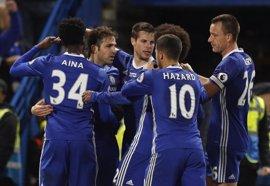 Un Chelsea campeón sigue su fiesta en Stamford Bridge