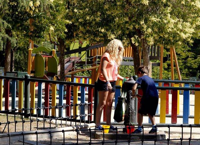 Sol, calor, temperaturas, buen tiempo, bebiendo agua, paseando, familia
