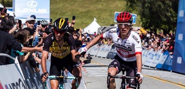 Majka saluda a Bennett tras su victoria en el Tour de California