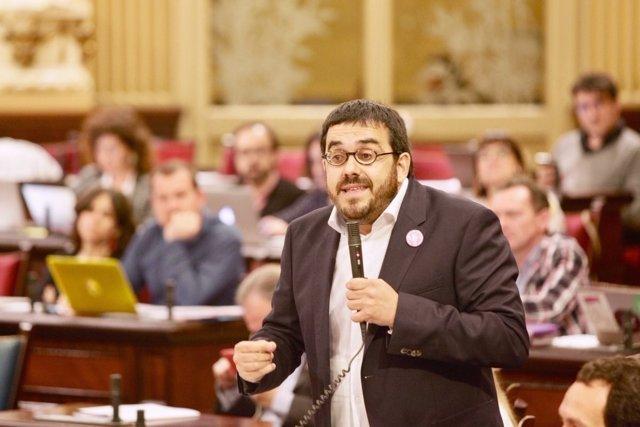 El conseller Vicenç Vidal en el pleno del Parlament