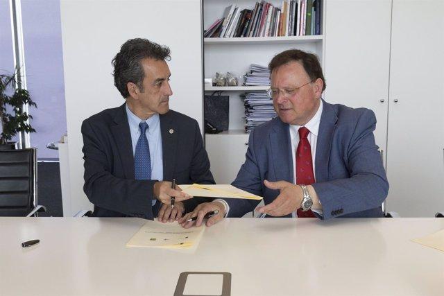 Martín firma un convenio con la Asociación de Turismo Rural