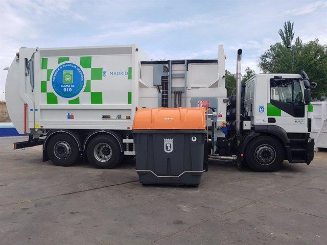Camión de la basura con carga lateral.