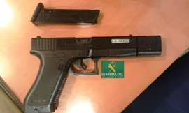 Un hombre se enfrenta a una multa de 600 euros por llevar una pistola simulada por el centro de Oviedo