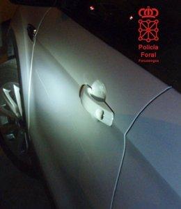 Detalle de los daños en una de las puertas.