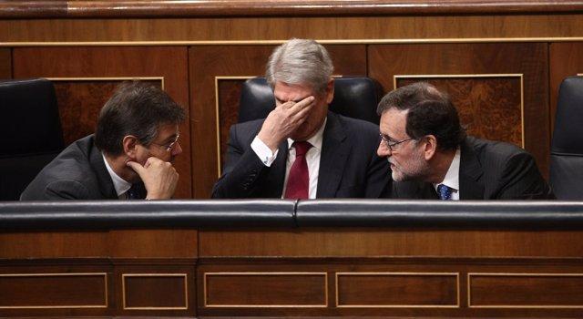 Rafael Catalá, hablando con Mariano Rajoy
