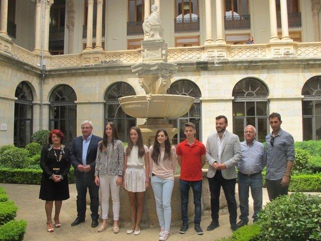 Foto de familia con los premiados en el V Concurso de Fotografía.