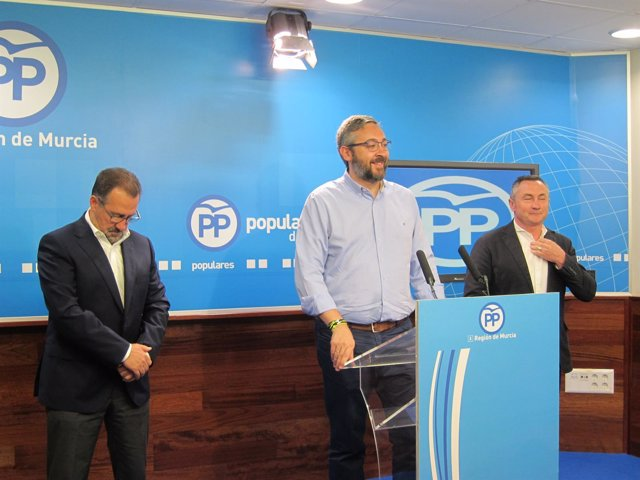 Martínez, acompañado por los dos concejales del PP en Moratalla