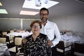 Quique Dacosta cocina junto a su abuela en la gala que proclama su restaurante como el octavo mejor de Europa
