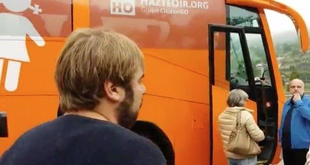 Daniel Ripa, frente al autobús de Hazte Oír