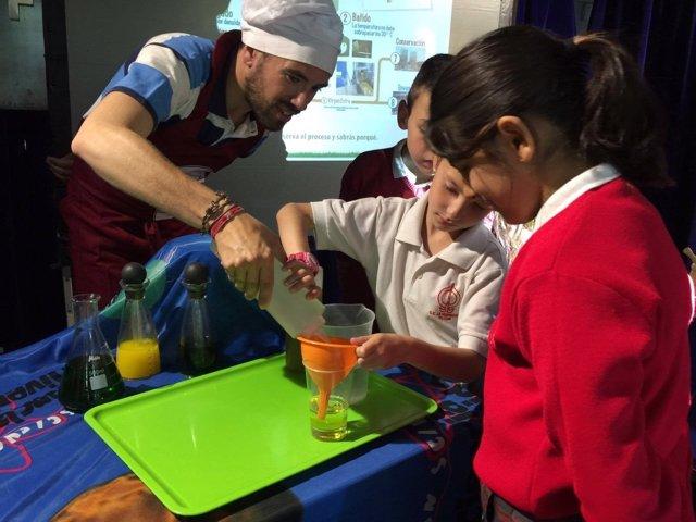 Escolares participando en el programa Nutrióleo