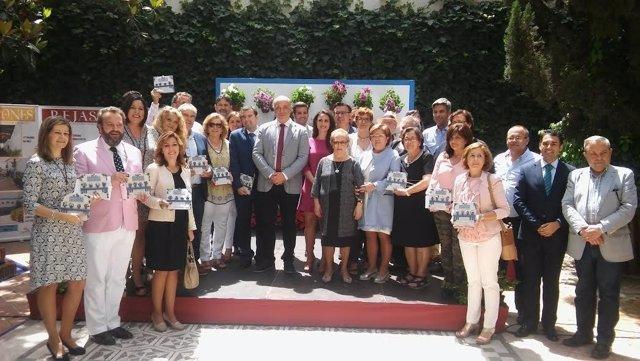 Ruiz (centro), junto a autoridades y premiados, durante la ceremonia
