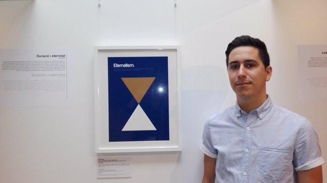 Genís Carreras junto a uno de los carteles de Philographics